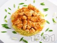 Пържени пилешки хапки с кимион и бяло вино върху картофено пюре